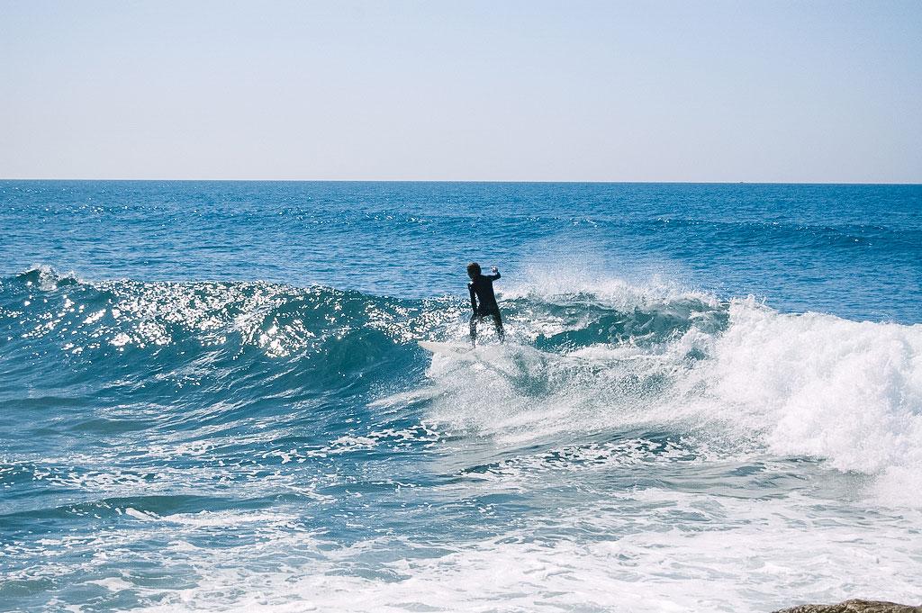 Wellenreiter in einer Welle bei Lissabon